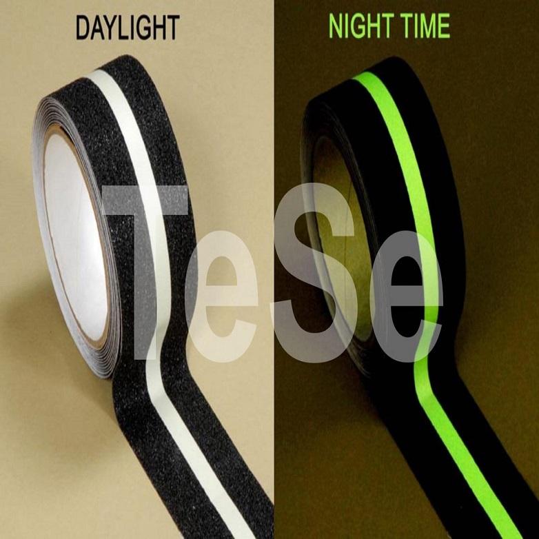 Protišmyková páska s pásikom svietiacim v tme